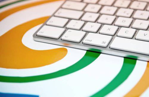 WKS-Gruppe-Druckholding-Druckereibetriebe-Logo und Tastatur